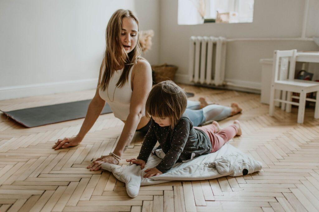 Mor og barn laver yoga derhjemme